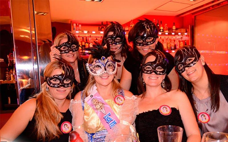 Grupo con disfraz Mascarada en restaurante Noche Pícara Murcia